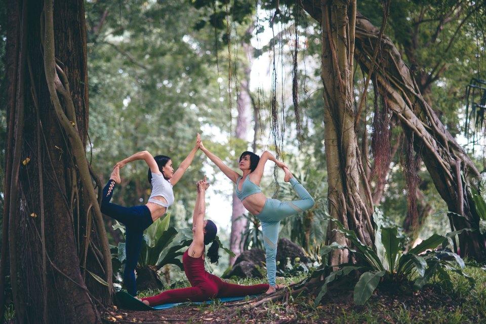 Yoga Pratiques & Bienfaits - Postures de Yoga Asana pratiquées en forêt par un groupe de trois jeunes femmes