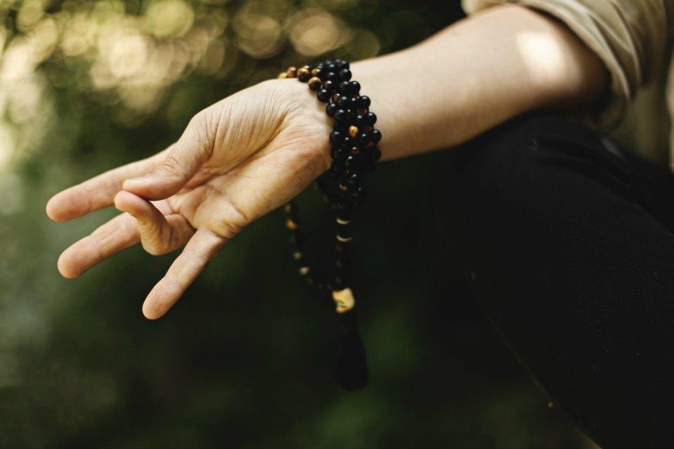 Natur'Yoga Pratiques & Bienfaits - Mantra Yoga - Main pratiquant le Yoga