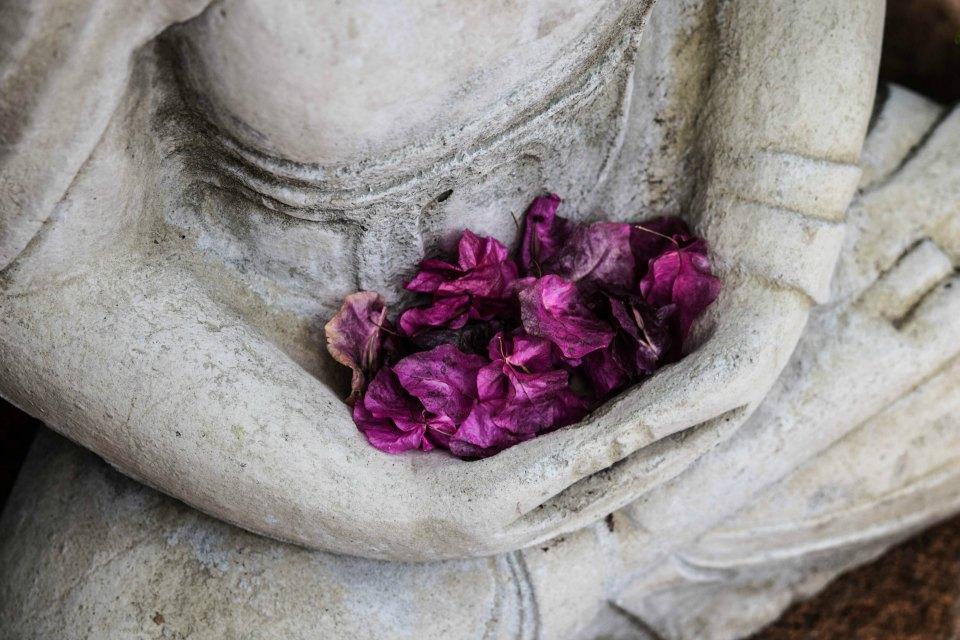 Natur'Yoga Pratiques & Bienfaits - Méditation - Fleurs dans les mains d'un bouddha