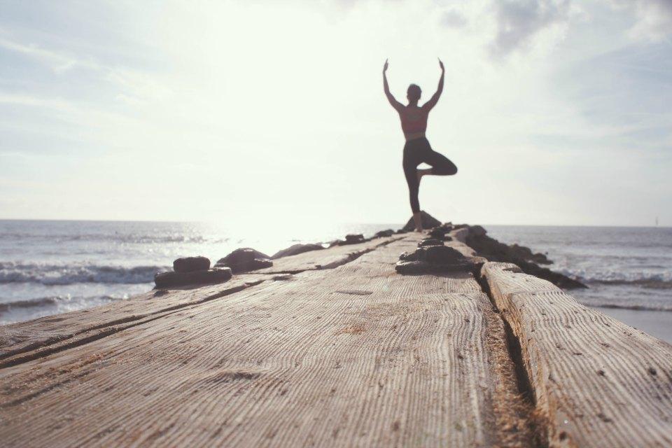 Natur'Yoga Pratiques & Bienfaits - Pranayama, le souffle pratiqué au bout d'une jetée par une jeune femme